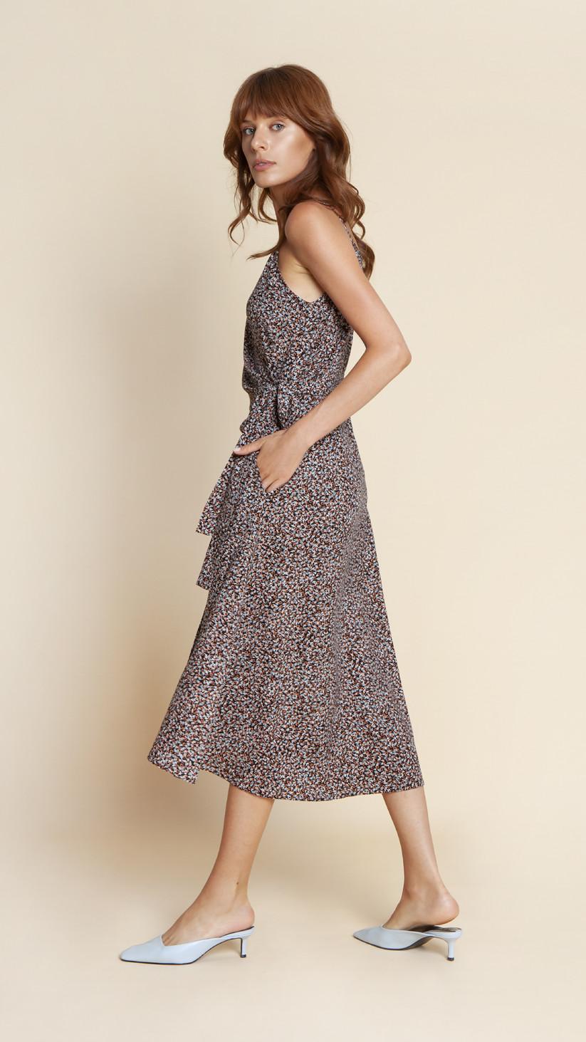 Sukienka Blanca | Kwiecista Czerń | Kopertowa midi na ramiączkach z wiązanym paskiem